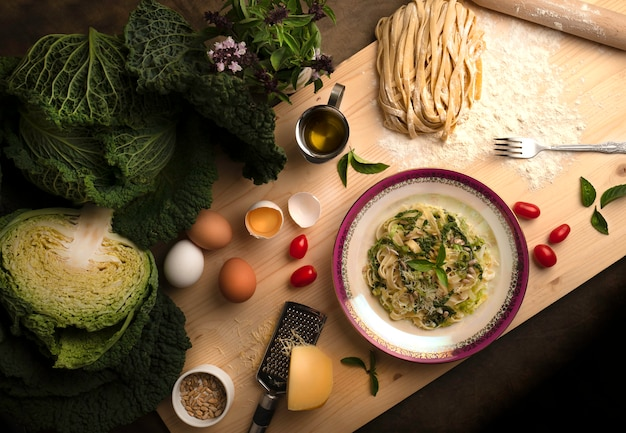 Pasta vegetariana del cavolo con i semi di girasole su un bordo di legno.