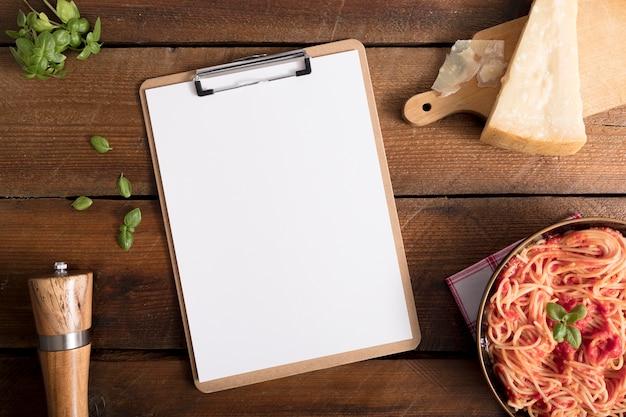 Pasta vista dall'alto con spazio di copia