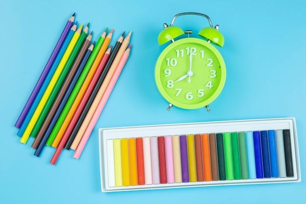 Pastello verde orologio su sfondo blu stile pastello