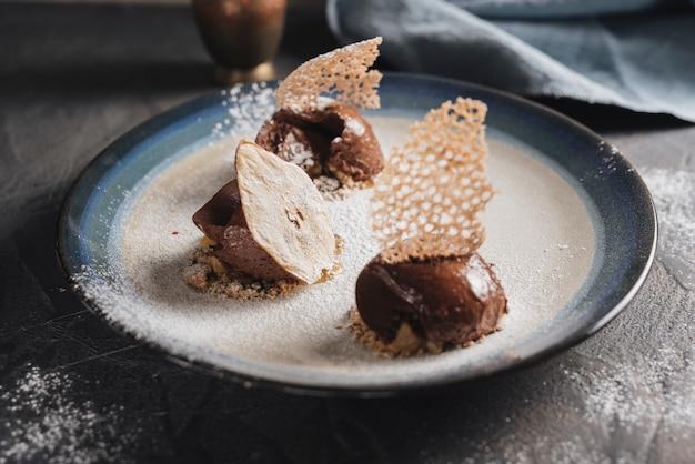 Pasticceria decorativa al cioccolato sul piatto