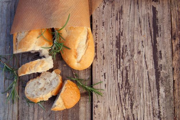 Pasticceria della fetta del pane fresco sulla tavola rustica, copyspace
