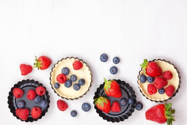 Pasticceria dolce con cottura di bacche. vista dall'alto, per ricetta, lezioni culinarie, blog di cucina.
