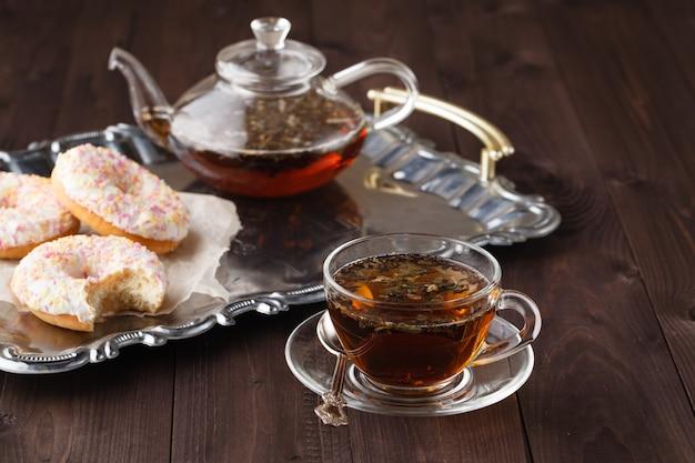 Pasticceria fresca per colazione con tè