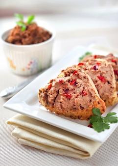 Pasticcio di fegato con paprika su fette di pane integrale