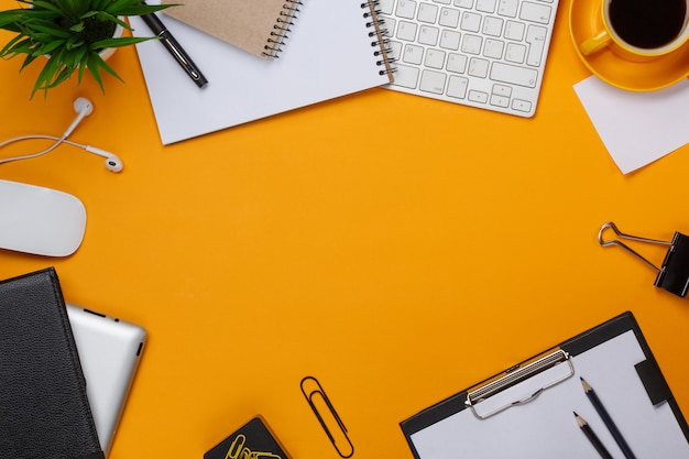 Pasticcio giallo della priorità bassa sul vostro affare della tazza di caffè del mouse della tastiera del desktop
