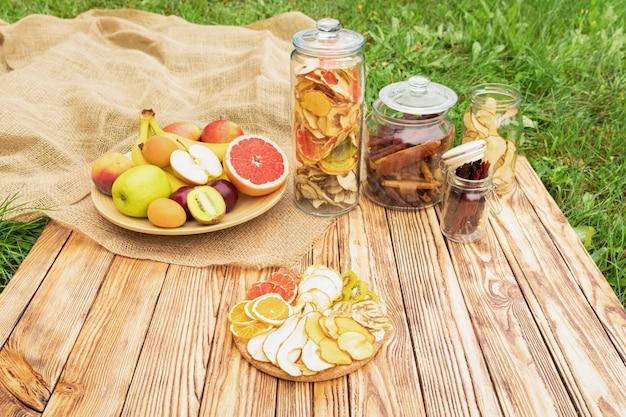 Pastiglia di frutta passata dolce. dolci naturali da bacche e frutti secchi.