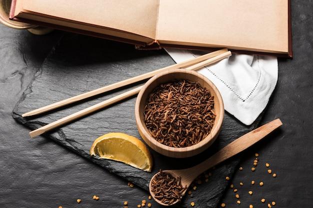 Pasto asiatico con larve fritte
