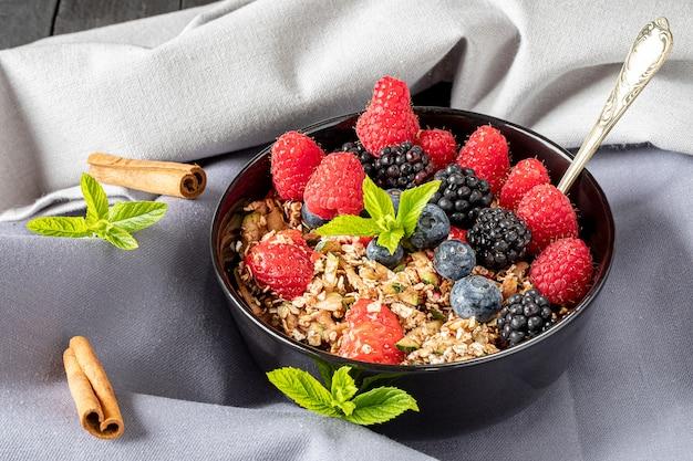 Pasto colazione con cereali e frutti di bosco