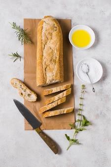 Pasto colazione con pane, uova e farina