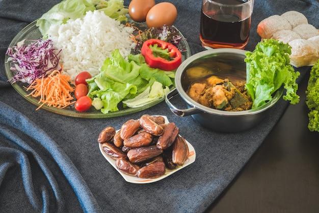 Pasto di iftar e sahoor che serve sul tavolo da pranzo durante il mese sacro del ramadan