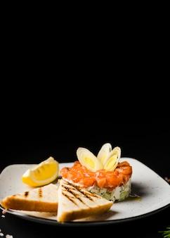 Pasto di salmone fresco con copia spazio