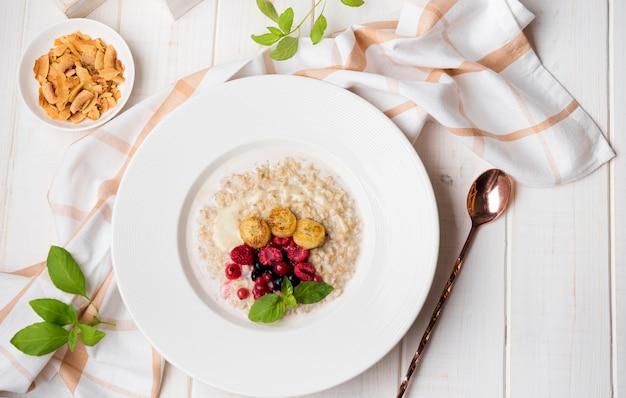 Pasto mattutino con cereali schiacciati e cucchiaio