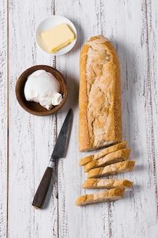 Pasto mattutino con pagnotte di pane e burro