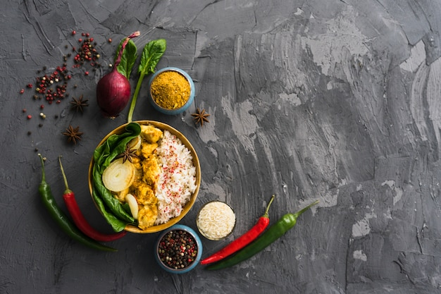 Pasto sano di riso con ingredienti sulla superficie ruvida del cemento