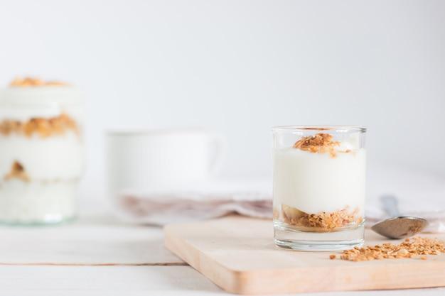 Pasto sano fatto di granola in vetro