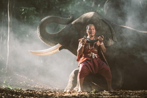 Pastori tailandesi nella giungla con elefanti. momenti storici di stile di vita dalla cultura thailandese
