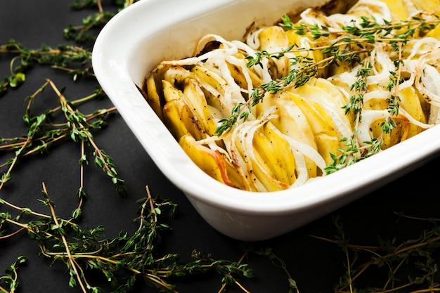 Patate al forno con fette di timo