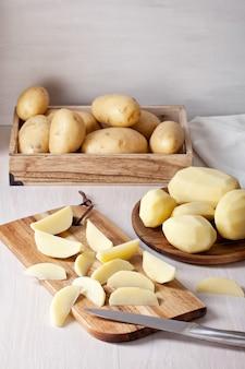 Patate appena sbucciate, pronte per la cottura. ingrediente per la ricetta