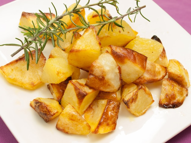 Patate arrosto e al forno con rosmarino