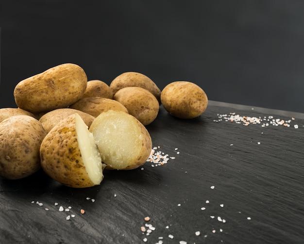 Patate bollite con la buccia su fondo di pietra