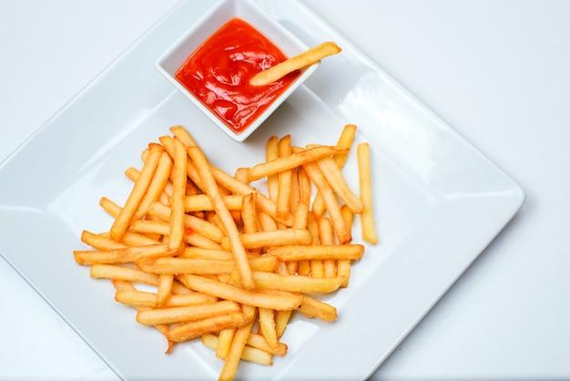Patate fritte con pomodoro su bianco