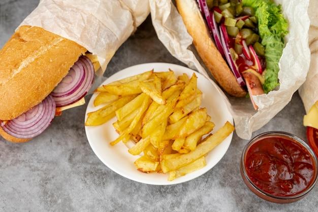 Patate fritte del primo piano con i panini