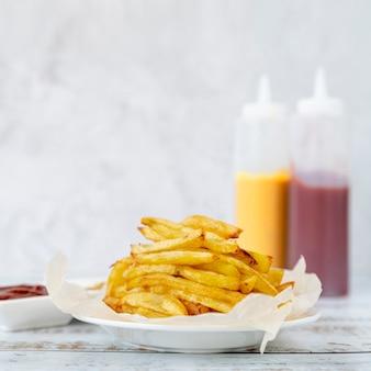 Patate fritte del primo piano su una zolla
