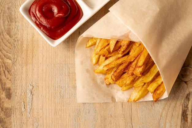 Patate fritte di vista superiore con fondo di legno