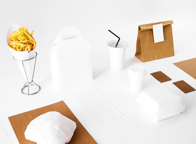 Patate fritte e cibo confezionato su sfondo bianco