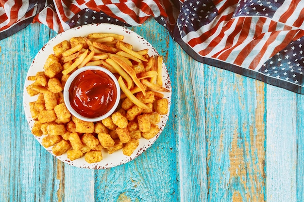 Patate fritte e patata sul tavolo di legno per la festa americana.