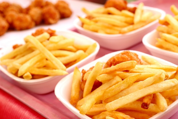 Patate fritte e pepite fritte nel mercato