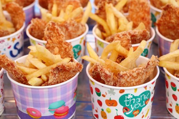 Patate fritte e pollo fritto al mercato