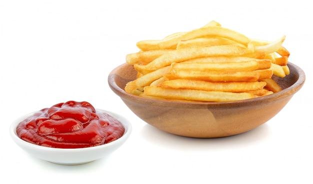 Patate fritte e salsa di pomodori su bianco.