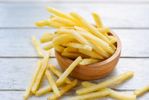 Patate fritte fresche in ciotola di legno deliziosi ingredienti fatti in casa italiani minacciosi - gustose patatine fritte per cibo o spuntino