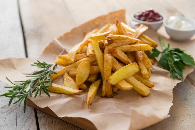 Patate fritte squisite sulla tavola di legno