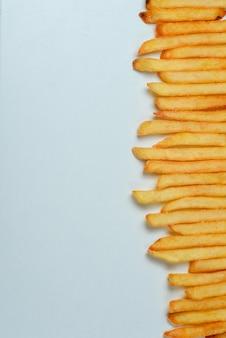 Patate fritte su sfondo bianco