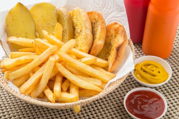 Patate fritte tradizionali con ketchup e pane