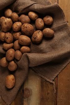 Patate non pelate rustiche su una scrivania