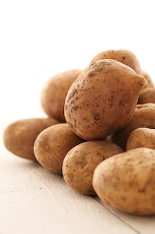 Patate non sbucciate rustiche su una tabella