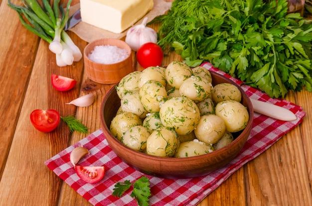 Patate novelle bollite con burro, aneto e aglio.