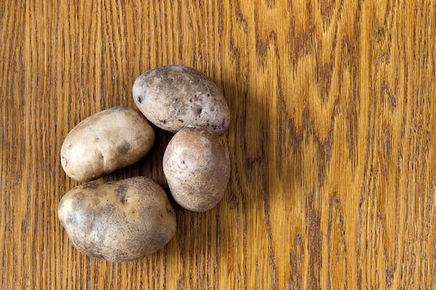 Patate su un tavolo di legno