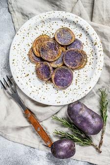 Patate viola al forno con sale rosa. vista dall'alto