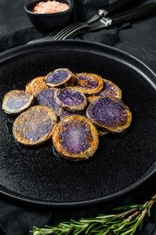 Patate viola fritte con rosmarino. vista dall'alto