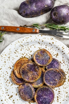 Patate viola fritte con sale rosa. vista dall'alto.