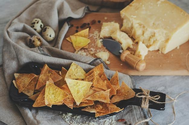 Patatine croccanti fatte in casa con parmigiano di lavanda con focaccia armena sul piatto artigianale