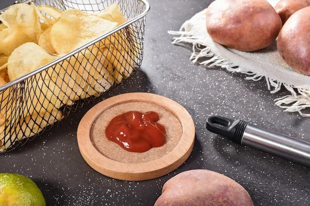 Patatine fritte con pomodoro