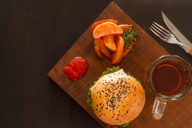 Patatine fritte e hamburger