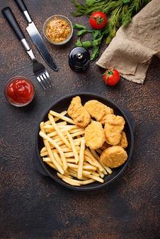 Patatine fritte e pepite di pollo