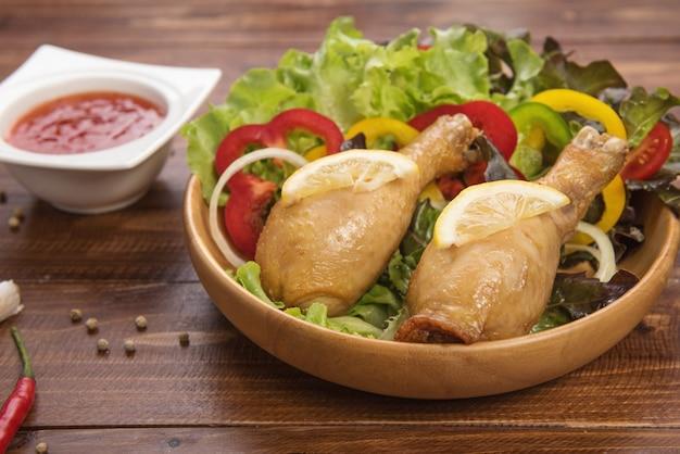 Patatine fritte e verdure di pollo fritto