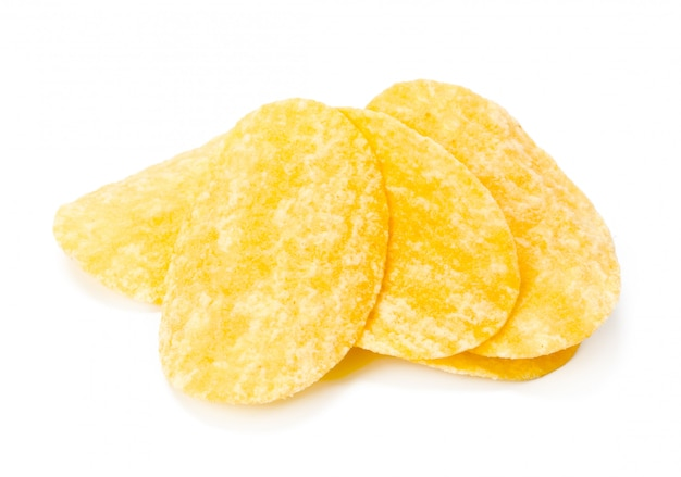 Patatine fritte gialle isolate su bianco